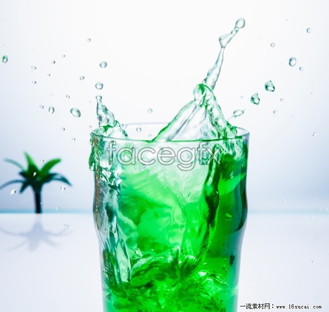 Splashes of green drinks high definition pictures