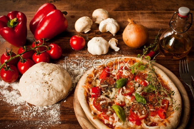 Gourmet pizza, tomato and green pepper HD pictures